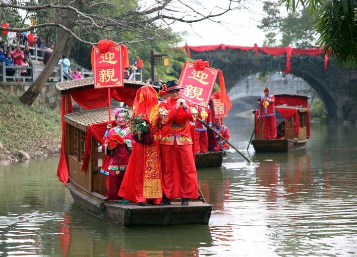 兰溪千年古镇重现水上婚礼 码头岸边全是沾喜气的人