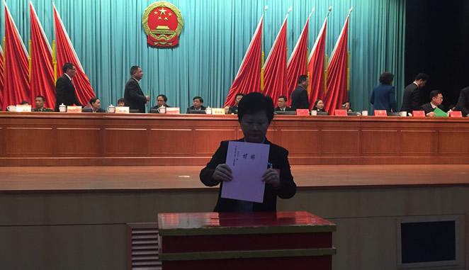 县十六届人大一次会议举行第三次大会