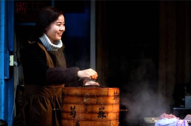 龙游美女韩国留学归来竟在街头洗碗?