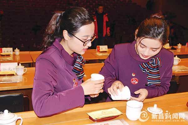"""青年志愿者闪耀县""""两会"""""""