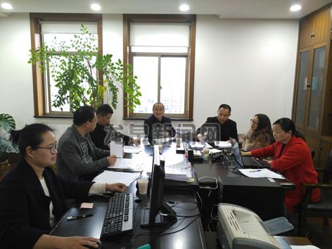 提案组工作人员在对收到的委员提案进行整理