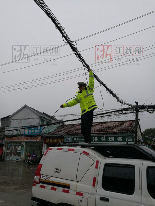 雨雪中 衢州交警化身人肉电线杆