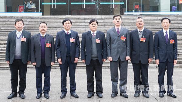 县十七届人大一次会议举行第三次全体会议