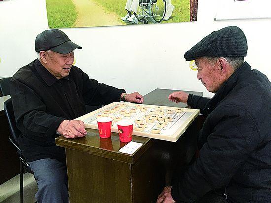 棋艺切磋 丰富老年生活