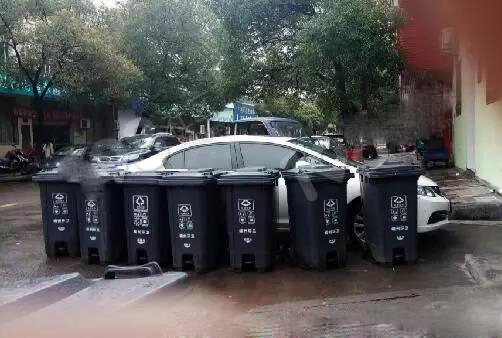 车子被围 女子拿垃圾桶泄愤