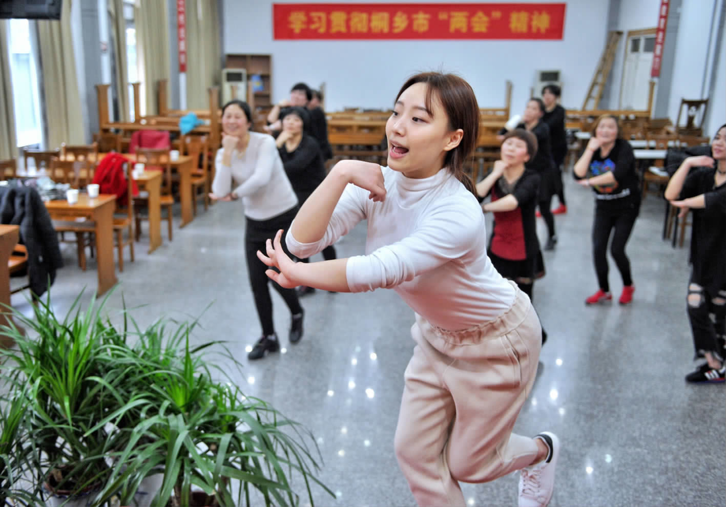 村民乐学排舞