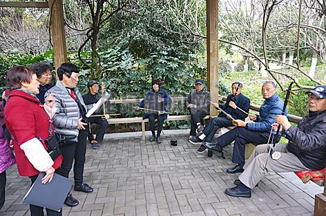 老人自发组成乐队在人民广场凉亭内自娱自乐