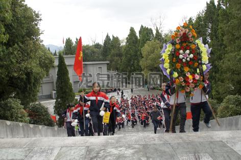 城区各中小学学生开展扫墓和纪念先烈活动