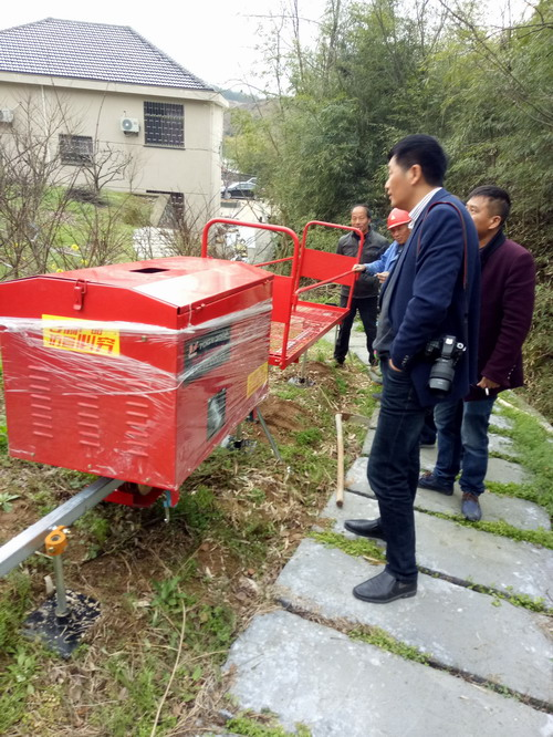 黄泽镇石隆山家庭农场山坡运输机安装完毕