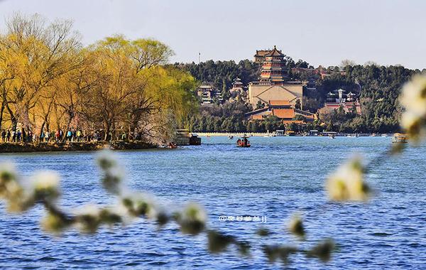 春天的颐和园昆明湖碧波荡漾,烟波淼淼,仿古游船荡漾在湖中,载着图片