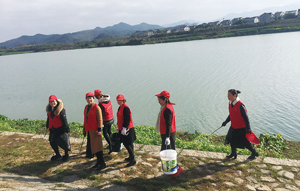 三界南街村村嫂志愿服务队:曹娥江畔走来红马甲