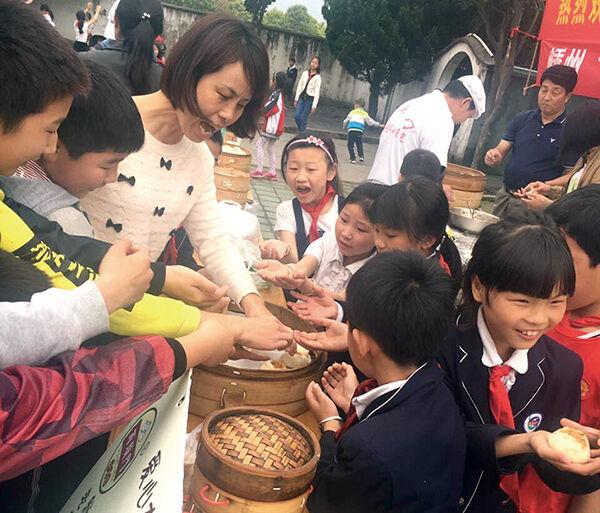 爱心公社送小笼包到杭州富阳区灵桥镇民工子弟学校