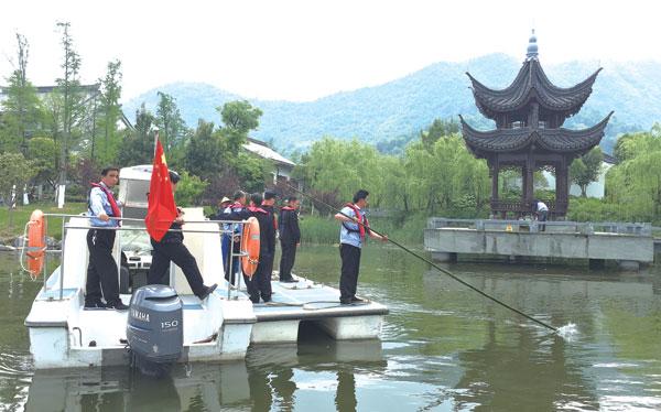 为保护灵湖水域生态环境,灵湖管委会与渔政、公安等部门开展联合执法。