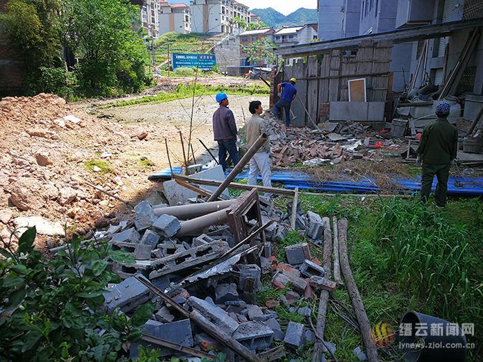 舒洪镇拆违为姓王安置小区道路工程清障