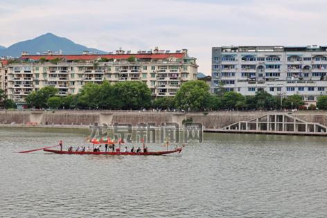 陆续有龙舟为将在30日举办的龙舟竞赛预热