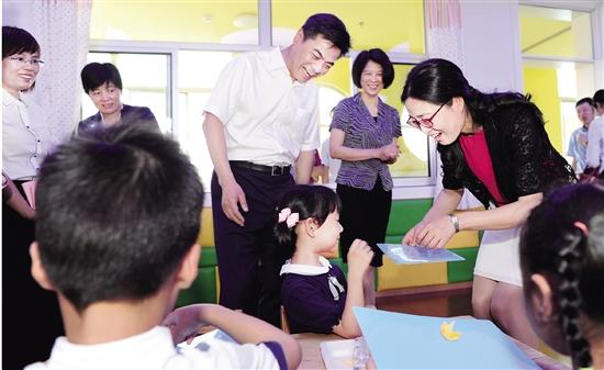 绍兴市领导和区四套班子领导赴各地看望慰问少年儿童