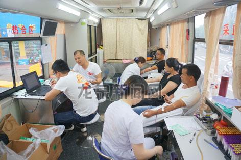 无偿献血点吸引众多市民前来无偿献血