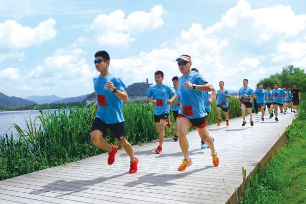 """""""助力节能降耗,共创文明临海""""主题公益跑活动在灵湖风景区顺利开跑。"""