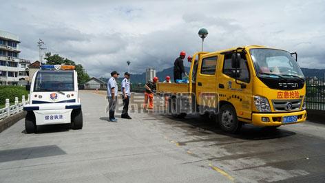 市综合行政执法局工作人员清理大面积油污