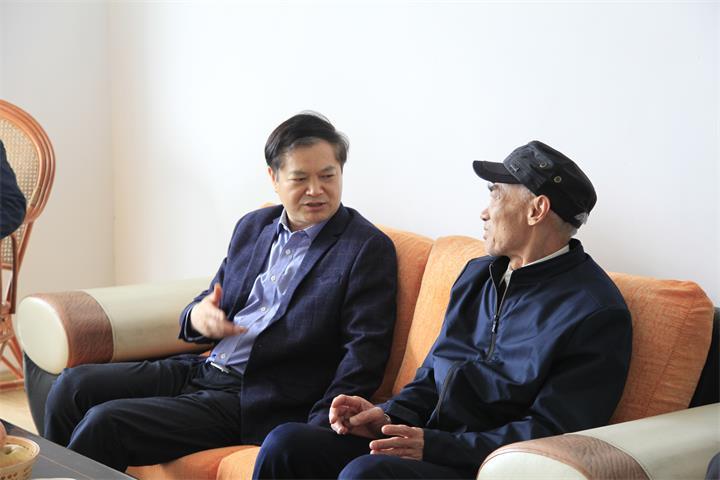 叶美峰看望慰问危旧房治理改造一线干部群众