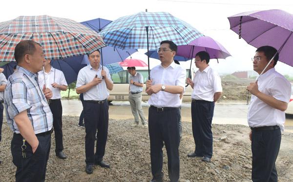 蔡永波在汛桥镇调研。