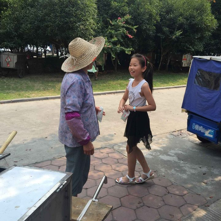 海宁妈妈分享爱的教育――带女儿上街送爱心豆奶