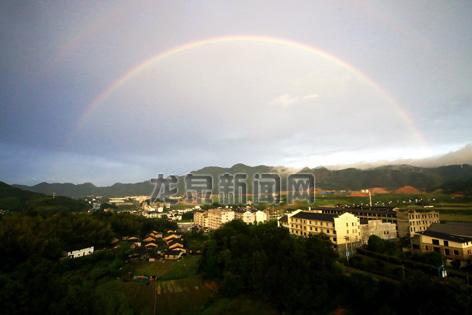 彩虹与精致的小城交相辉映