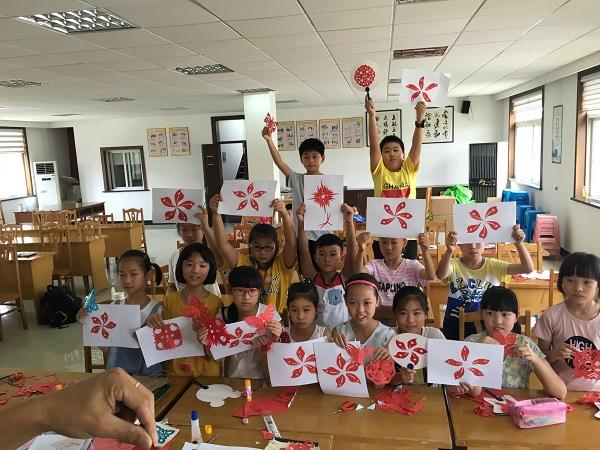 大小手共剪紫荆花,庆香港回归20周年