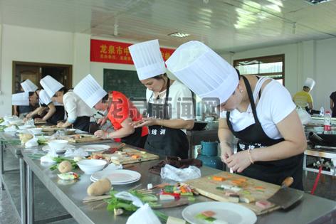 市人力社保局主办的中式烹调师培训班进行中级职业技能鉴定