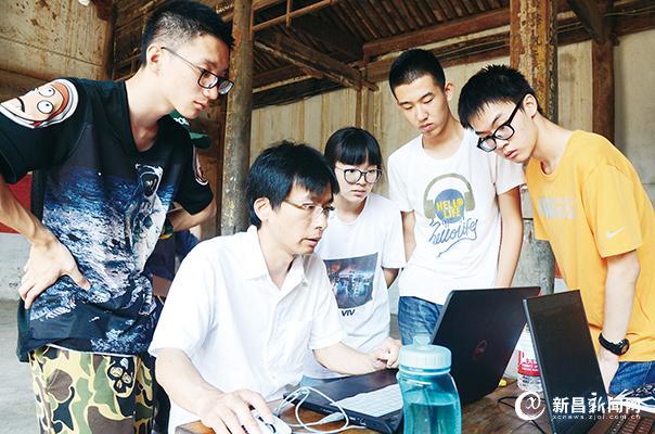 大学生赴镜岭古村采风