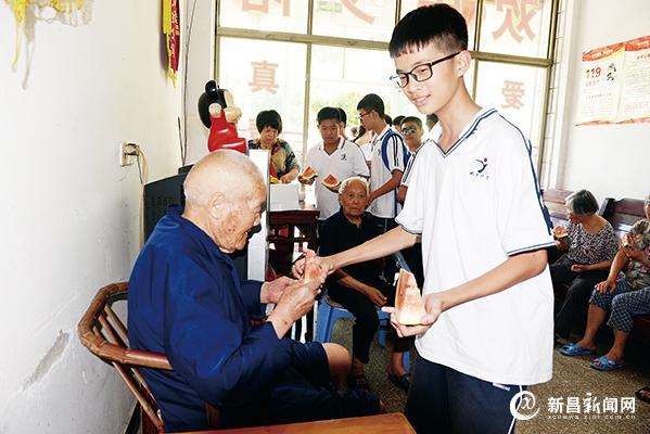 关中学生关爱老人