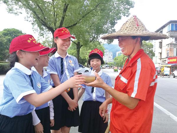回浦实验小学小志愿者们为环卫工人送清凉