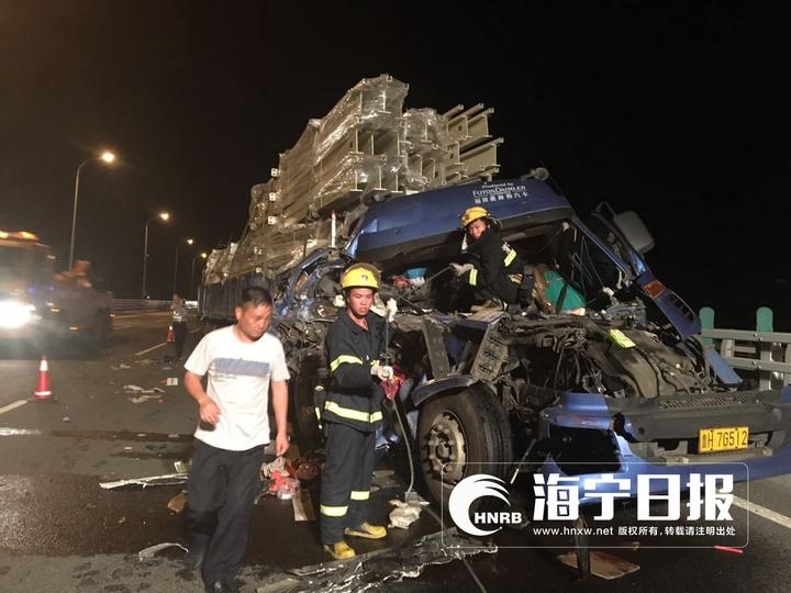 深夜嘉绍高速大货车追尾两人被困 女子被卡车头里了