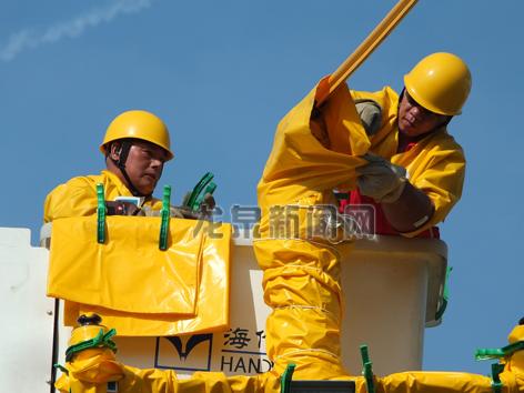 市供电公司工作人员头顶烈日冒高温进行带电户外作业