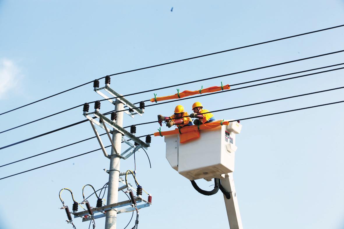 电力工作人员冒着酷暑带电作业