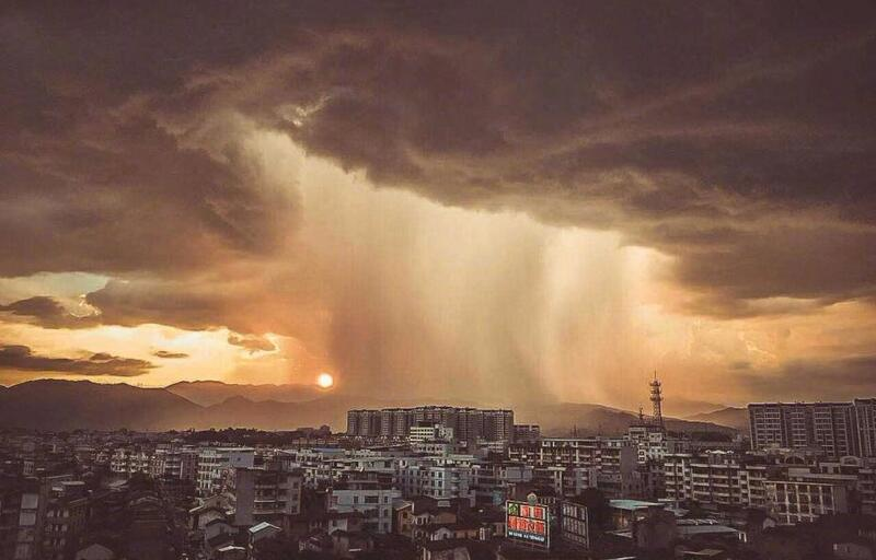 """雷阵雨期间 福建龙岩天空现""""巨型圆柱"""""""