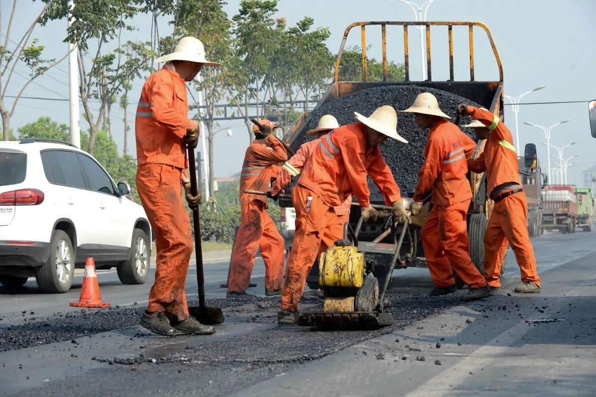 公路抢修酷暑难挡
