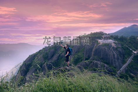 游客在披云山欣赏日出奇观