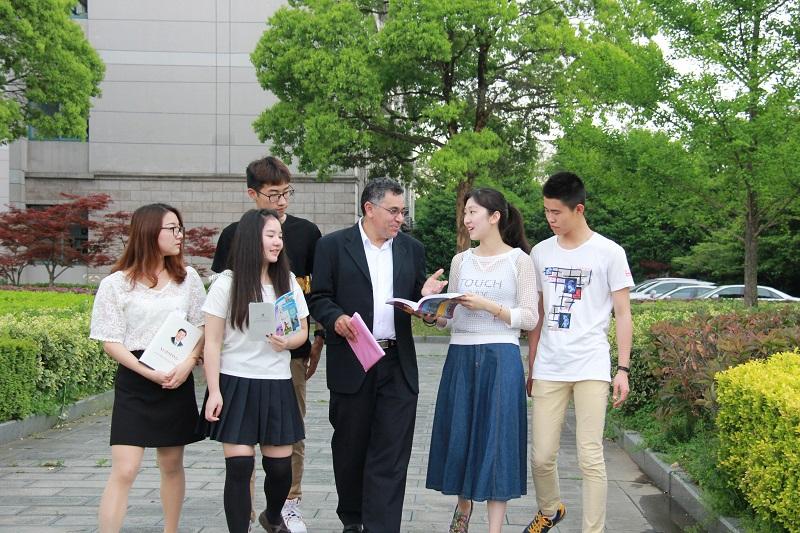 葡萄牙语外籍教师施若杰博士与学生交流.JPG