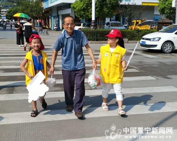 1000余名小红帽走上街头参与全民清洁日活动
