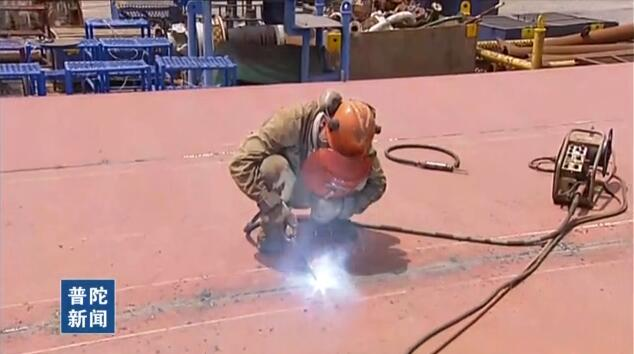 高温下的坚守——双重炙烤下的船厂电焊工