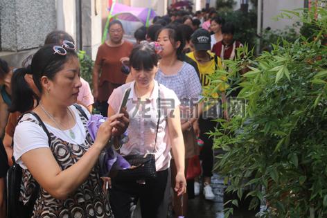 上��镇组织源底村妇女在住龙镇红军街学习考察