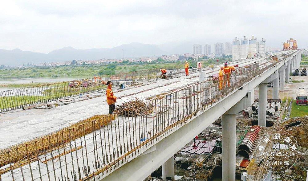 杨港路东延工程跨线桥桥形初露 年底全桥或贯通