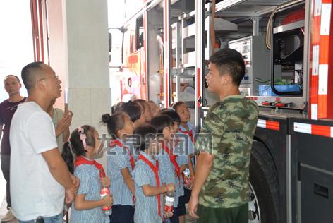 市实验小学七色花中队的队员为消防战士们送去降暑慰问品