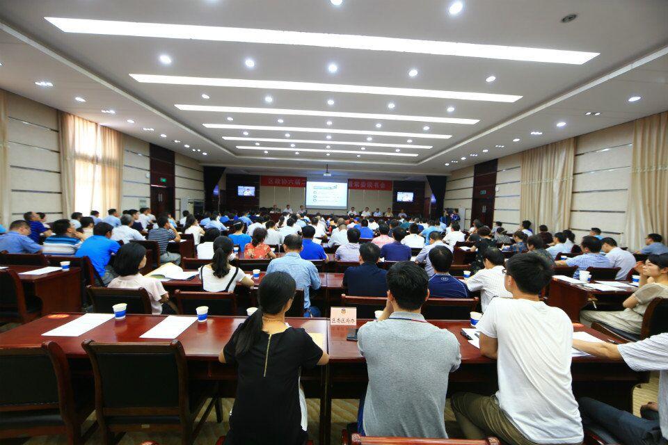 侯富光向全区政协委员通报全区上半年政情