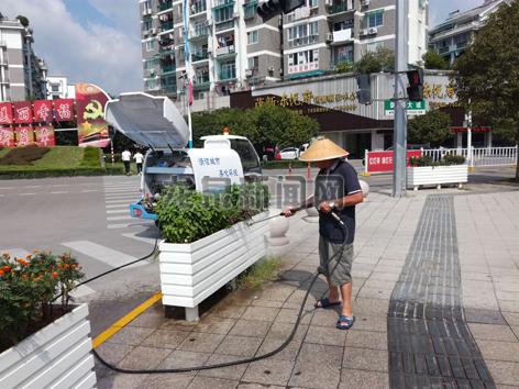 市建设局园林处以区块划分、责任到人的方式,对城区各类花箱、护栏进行清洗,并落实花箱的长效管理机制