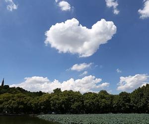 """西湖断桥上空飘来一朵""""爱心""""云"""
