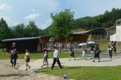 成群结队的游客在国际竹建筑群参观游览
