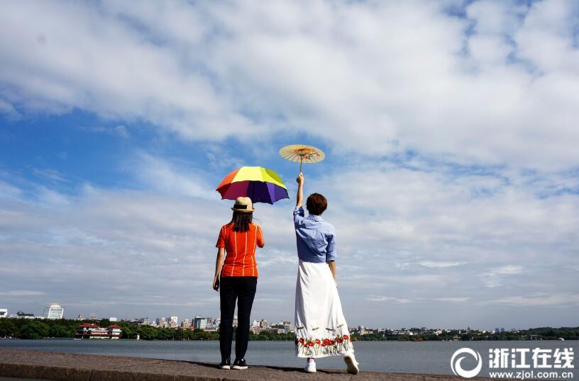 """台风""""泰利""""擦肩北上 西湖上空呈现蓝天白云"""