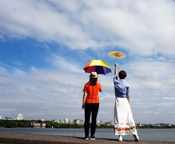 """杭州:台风""""泰利""""擦肩北上 西湖上空呈现蓝天白云"""